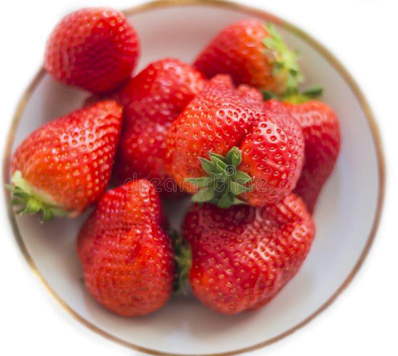 Platte voll von reifen Erdbeeren auf weißem Hintergrund lizenzfreies stockfoto