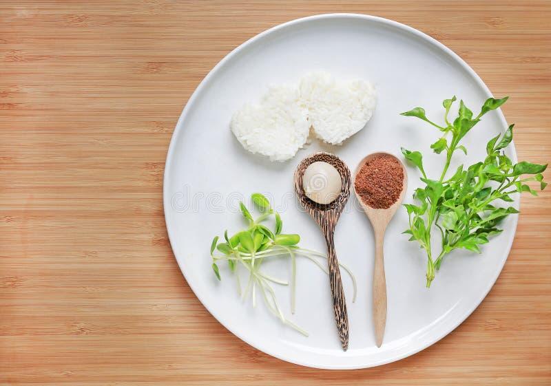 Platte von carbohydraterice, proteinegg und Leber und vitaminvegetables auf hölzernem Hintergrund Gesundes S?uglingsnahrungskonze stockfotografie