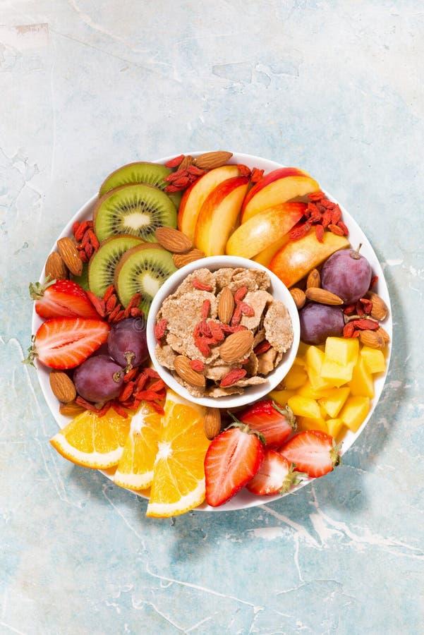 Platte von frischen Saisonfrüchten und von Getreide, vertikale Draufsicht lizenzfreies stockbild