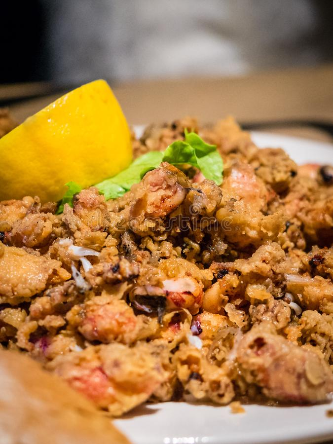 Platte von gebratenen chopitos, kleiner gebratener Calamari, typischer Teller der spanischen Küche, spanische Tapas stockbilder