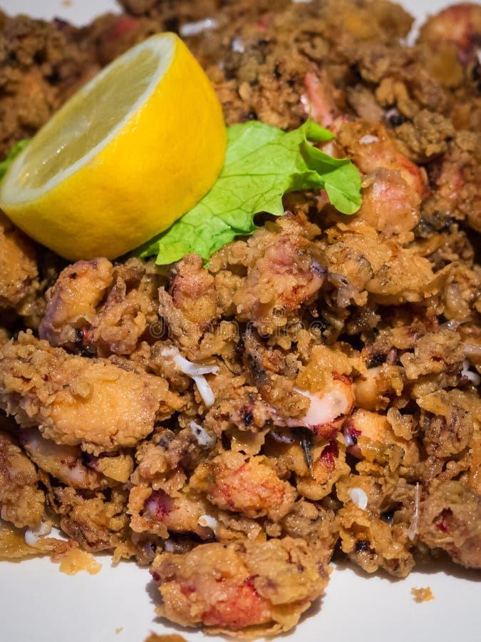 Platte von gebratenen chopitos, kleiner gebratener Calamari, typischer Teller der spanischen Küche, spanische Tapas lizenzfreie stockfotografie