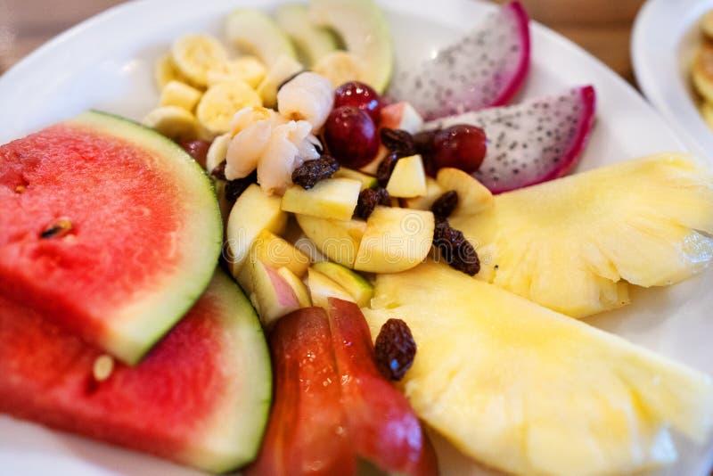 Platte von geschnittenen tropischen Früchten lizenzfreie stockbilder