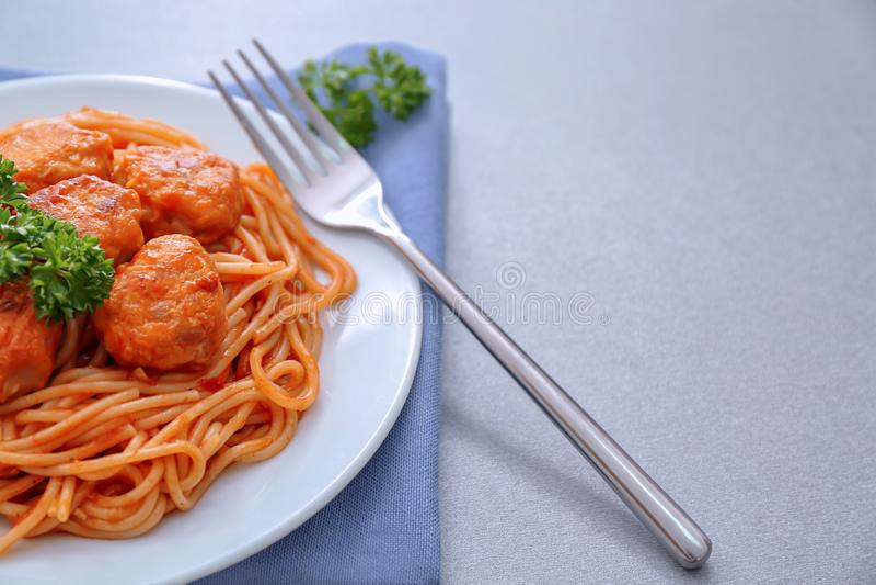 Platte von köstlichen Teigwaren mit Fleischbällen und Tomatensauce, Nahaufnahme stockbild
