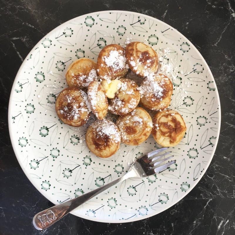 Platte von kleinen Pfannkuchen nannte Poffertjes stockbild