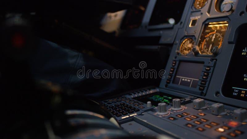 Platte von Schaltern auf einem FlugzeugFührerraum Regler der automatischen Kurssteuerung eines Passagierflugzeugs Pilot steuert d lizenzfreies stockfoto