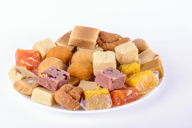 Platte von sortierten indischen Bonbons stockfotos