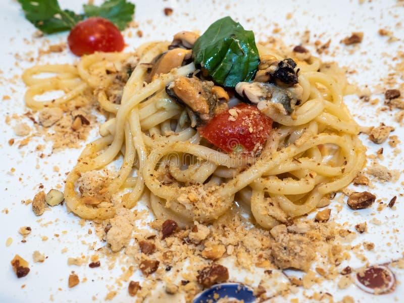 Platte von Spaghettis vom Mittelmeer stockbilder