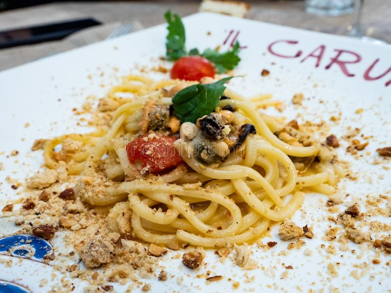 Platte von Spaghettis vom Mittelmeer in Italien lizenzfreie stockbilder