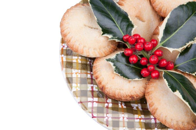 Platte von Weihnachten zerkleinern Torten mit Stechpalme lizenzfreie stockbilder