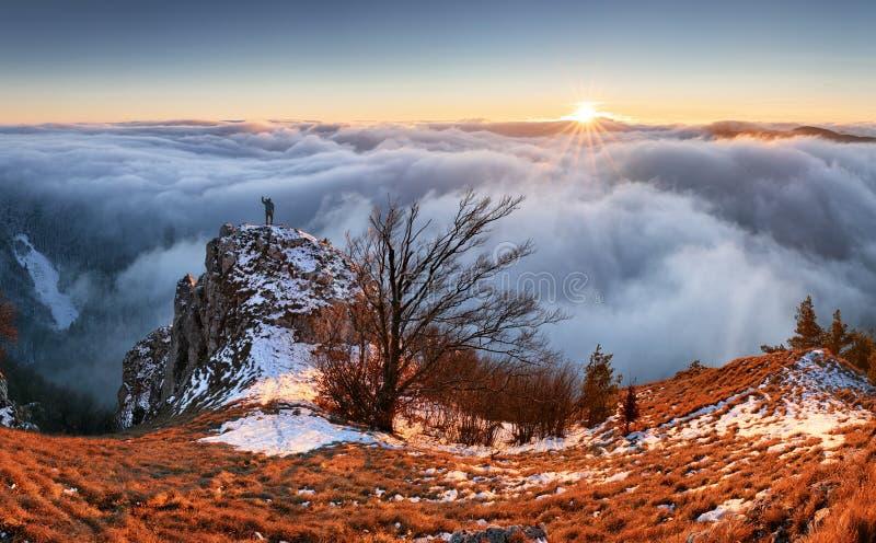 Platteland met bos en heuvel bij daling, Slowakije piekvapec royalty-vrije stock foto