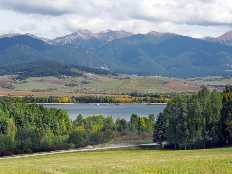 Platteland met Rohace-bergen, Slowakije stock afbeeldingen