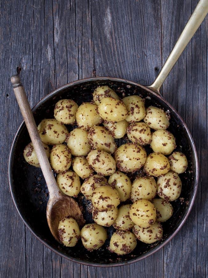 Plattelander gekookte aardappel in mosterd royalty-vrije stock afbeelding