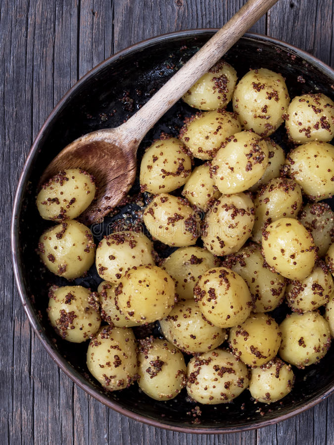 Plattelander gekookte aardappel in mosterd royalty-vrije stock foto's