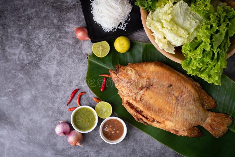 Plattelander geroosterde vissen op keukenlijst, traditioneel Thais voedsel royalty-vrije stock fotografie