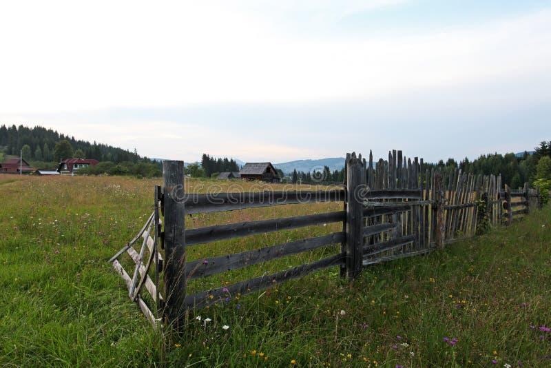Plattelands houten omheining en weide in Bucovina royalty-vrije stock afbeeldingen