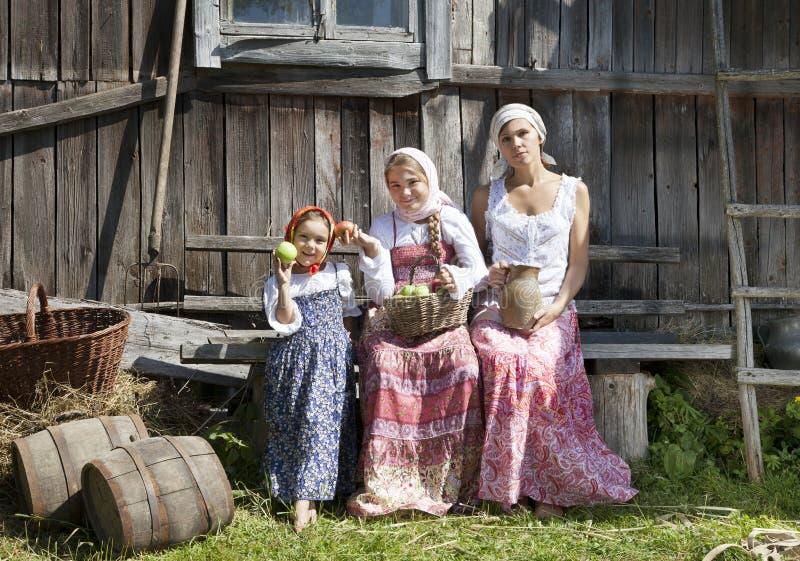 Plattelandsfoto van een vrouw met dochters stock afbeelding