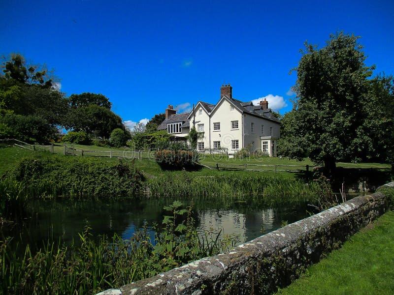 Plattelandshuisje bij een blauwe hemel royalty-vrije stock afbeelding