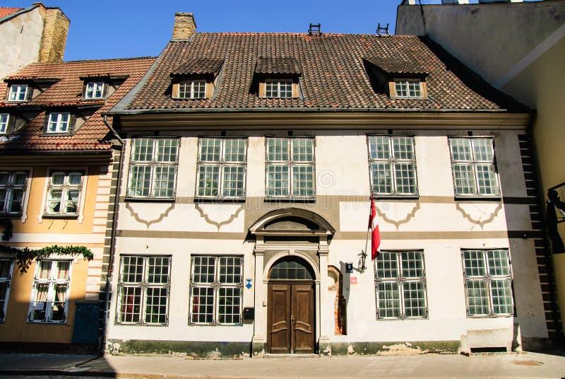 Plattelandshuisje bij oude stad van Riga, Letland stock foto's