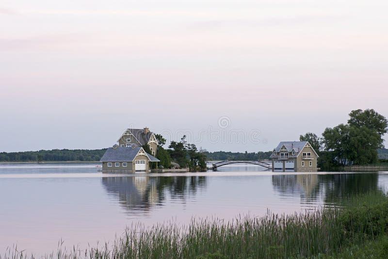 Plattelandshuisje - Duizend Brede rijweg met mooi aangelegd landschap van het Eiland, Ontario royalty-vrije stock fotografie