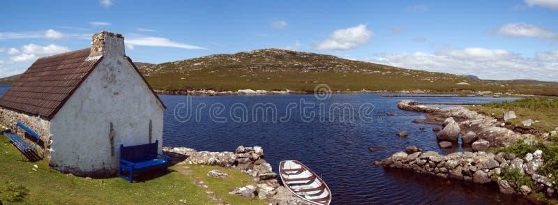 Plattelandshuisje en boot in Connemara stock fotografie