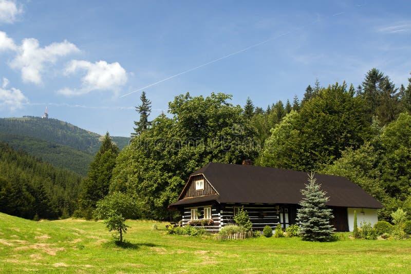 Plattelandshuisje in heuvels stock fotografie
