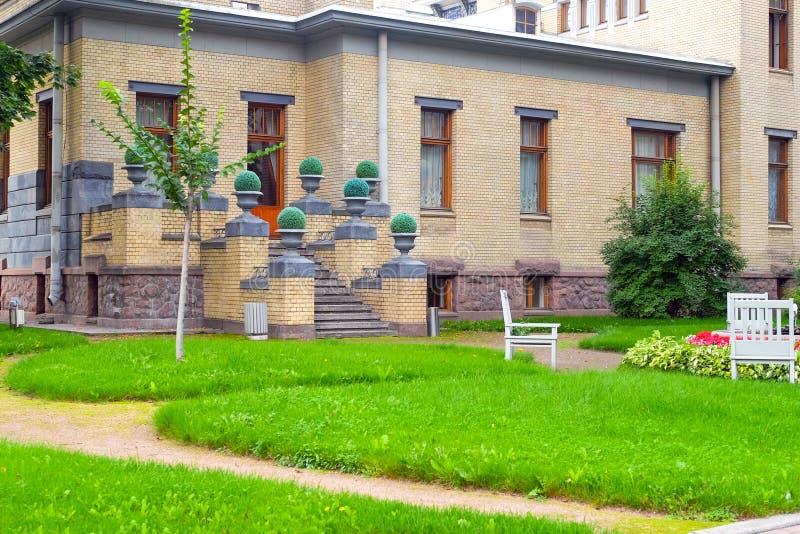 Plattelandshuisje met panoramische grote Vensters Verglazing van de voorgevel van het huis stock afbeelding