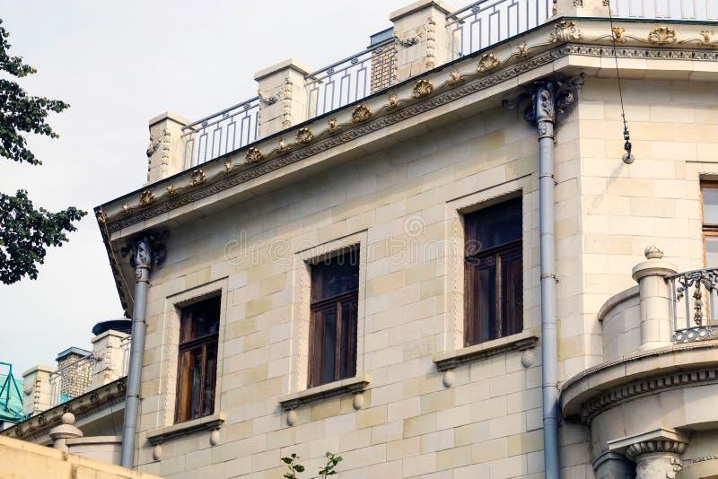 Plattelandshuisje met panoramische grote Vensters Verglazing van de voorgevel van het huis royalty-vrije stock afbeeldingen