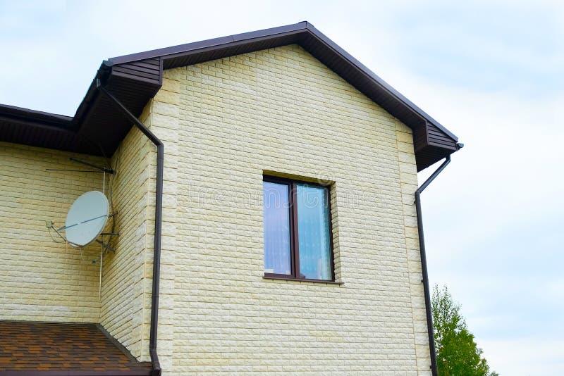 Plattelandshuisje met panoramische grote Vensters Verglazing van de voorgevel van het huis stock fotografie