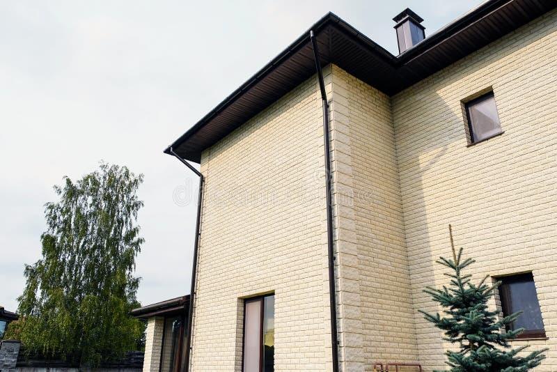 Plattelandshuisje met panoramische grote Vensters Verglazing van de voorgevel van het huis stock foto's