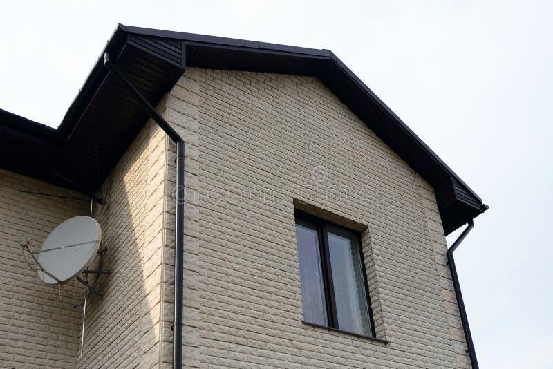 Plattelandshuisje met panoramische grote Vensters Verglazing van de voorgevel van het huis Gekleurd Glas stock foto