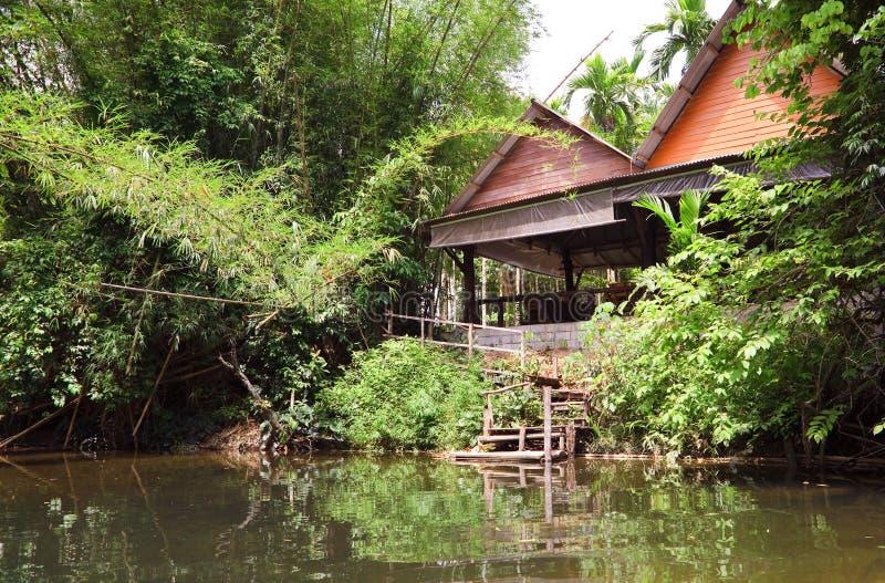 Plattelandshuisje op het meer stock afbeelding