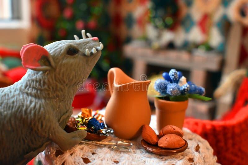 Plattelandshuisje voor poppen, gebreid speelgoed en stuk speelgoed meubilair stock fotografie