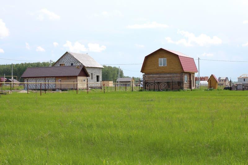 Plattelandshuisjes in aanbouw in het dorp van nieuwe bouwgebied ter plaatse in de zomer royalty-vrije stock foto's