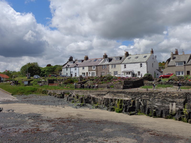 Plattelandshuisjes die Craster-Haven Northumberland overzien stock foto