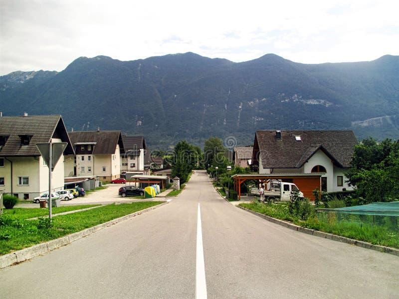 Plattelandshuisjes in een klein dorp nearl Bovec, Slovenië stock afbeeldingen
