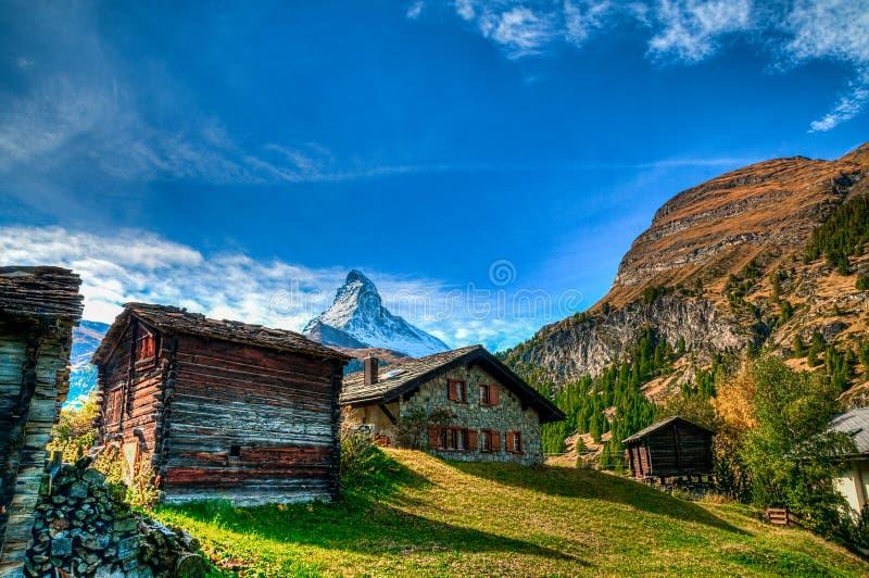 Plattelandshuisjes en Matterhorn stock foto's