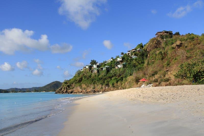 Plattelandshuisjes op een heuvel met Mening van de Caraïben royalty-vrije stock fotografie