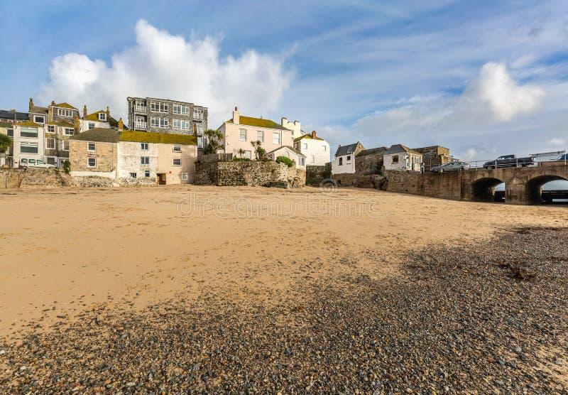 Plattelandshuisjes op het Strand, St Ives, op de Noord-Cornwall Kust, het UK royalty-vrije stock afbeeldingen