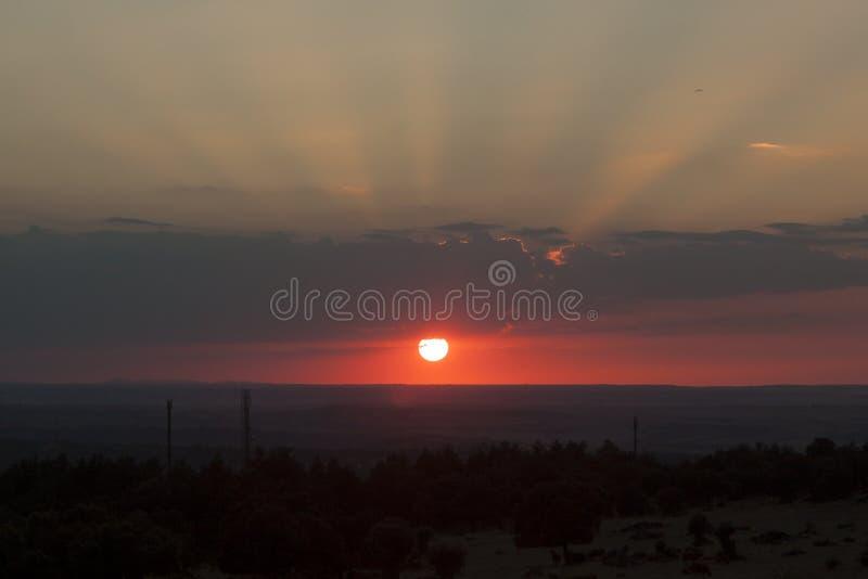 Plattelandslandschap onder toneel kleurrijke hemel bij zonsondergang Zon over de horizon Warme kleuren royalty-vrije stock foto