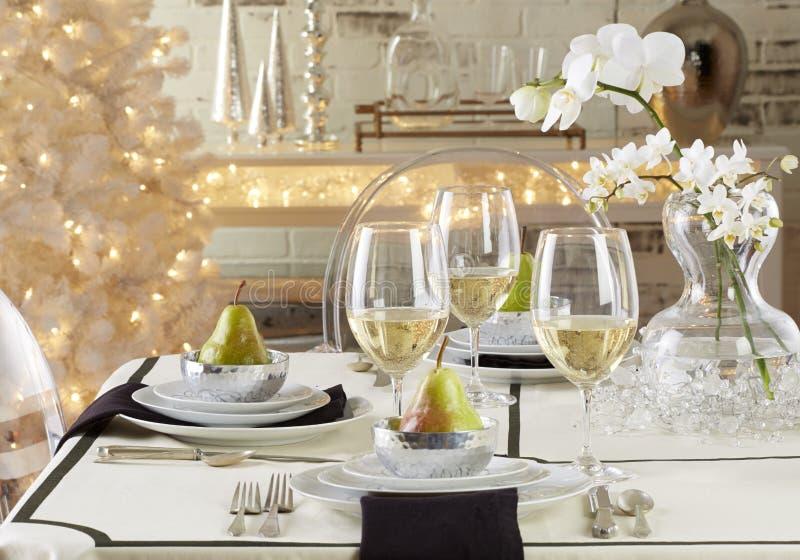 Platten auf dem Tisch mit Lebensmittel und Getränk stockfoto