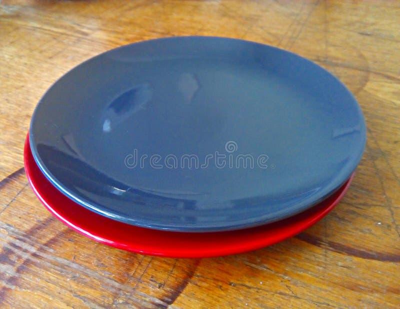 Platten auf einer alten, schäbigen Küchenholzoberfläche stockfotos