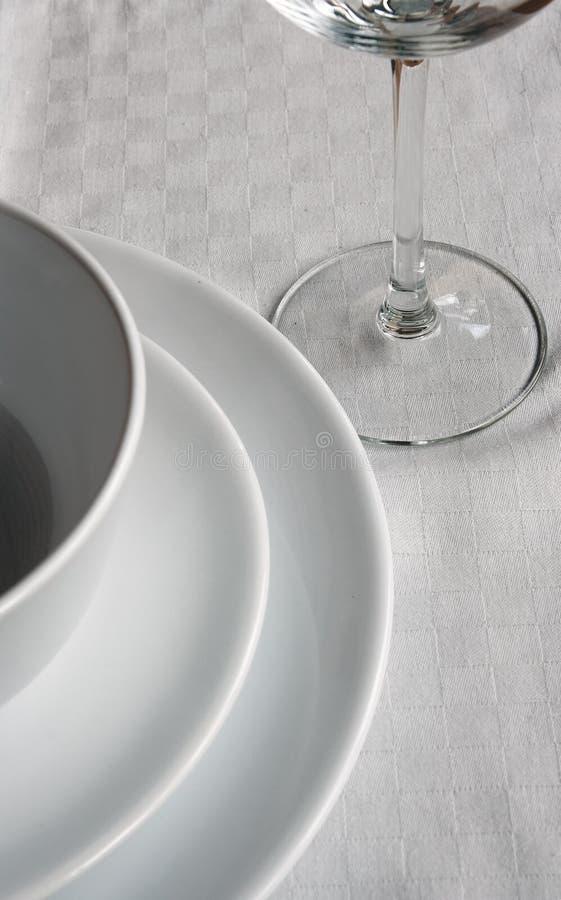 Platten auf weißer Serviette stockfoto
