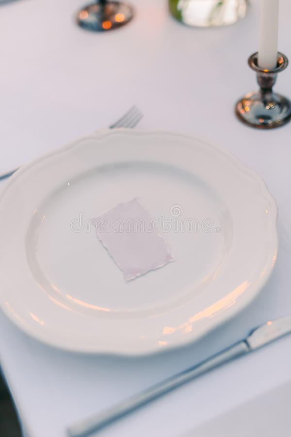 Platten am Hochzeitsbankett Legen Sie Einstellung ver Detail einer Eleganzfarbbandblume lizenzfreies stockbild