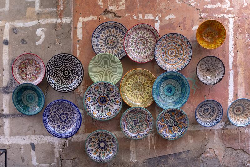 Platten, tajines und Töpfe hergestellt vom Lehm auf dem souk in Chefchaouen lizenzfreie stockbilder