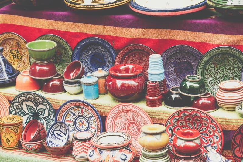 Platten, tajines und Töpfe hergestellt vom Lehm auf dem souk in Marocco lizenzfreie stockfotos