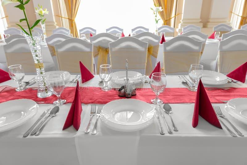 Platten und Teller auf Speisetische stockbild