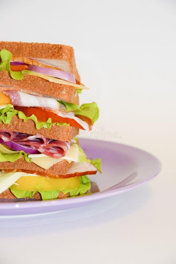Plattenrindfleischschweinefleischtomaten-Weißhintergrund des hohen Sandwiches violetter lizenzfreies stockfoto