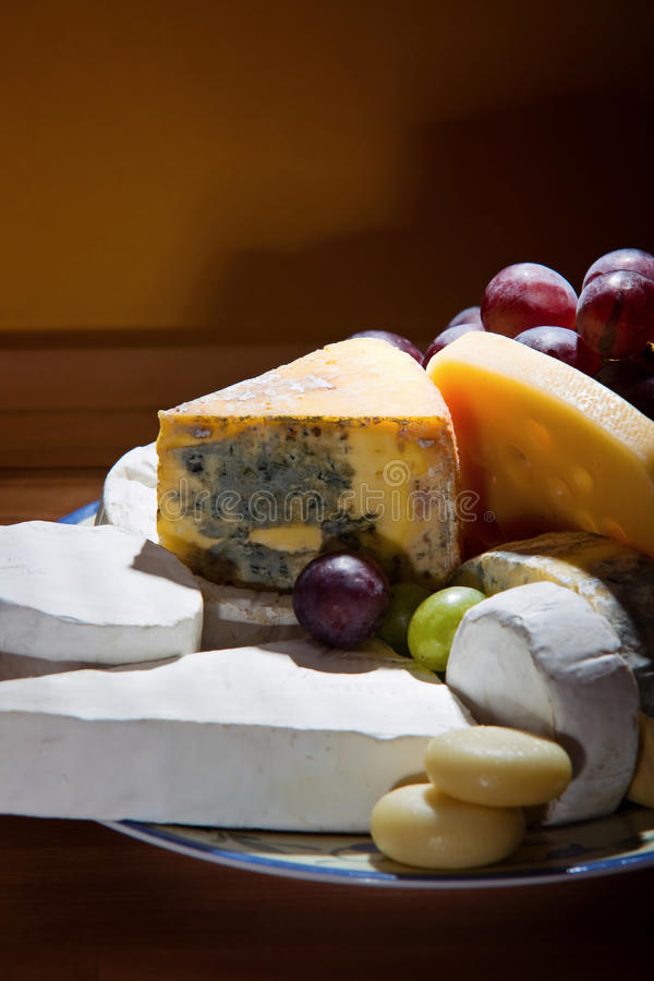 Platter τυριών με κάποιο οργανικό φρέσκο τυρί στοκ φωτογραφία με δικαίωμα ελεύθερης χρήσης