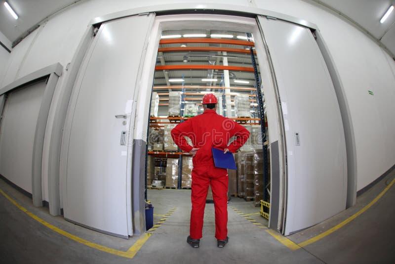 plattform arbetare för dörröppning royaltyfri bild