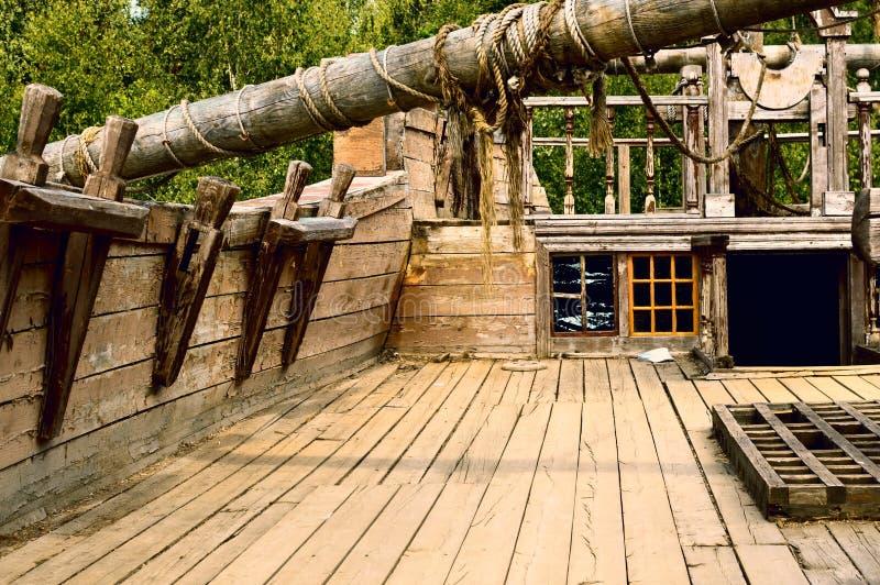 Plattform des alten hölzernen Schiffs stockbild